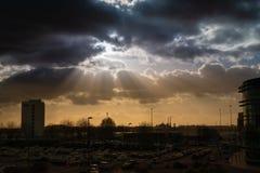 Dramatyczny niebo z promieniami słońce nad miastem obrazy royalty free
