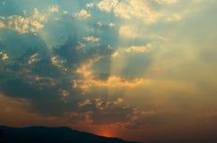 Dramatyczny niebo z słońce promieniami Obrazy Royalty Free