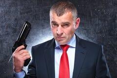 Dramatyczny obrazek stary zabójca trzyma jego armatni Fotografia Stock