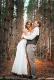 Dramatyczny obrazka państwo młodzi na tle liścia lasu backlight Obrazy Royalty Free