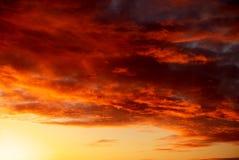 Dramatyczny ognisty niebo w miksturze złoty, czerwień i pomarańcze kolory, Fotografia Stock