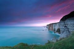 Dramatyczny pożarniczy wschód słońca nad falezami w oceanie Fotografia Stock