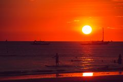 Dramatyczny pomarańczowy denny zmierzch z łodziami młodzi dorośli Podróż Filipiny Luksusowy tropikalny wakacje Boracay raju wyspa obraz stock
