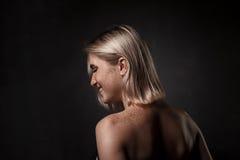 Dramatyczny portret dziewczyna w ciemnym studiu Zdjęcie Royalty Free