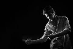 Dramatyczny portret mężczyzna pokazuje forefingers Fotografia Royalty Free
