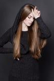 Dramatyczny portret młoda atrakcyjna kobieta z długim, wspaniałym ciemnym blondynem, Obrazy Stock