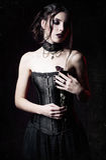 Dramatyczny portret piękny smutny goth dziewczyny mienie więdnący wzrastał w rękach Grunge tekstury skutek Obraz Royalty Free