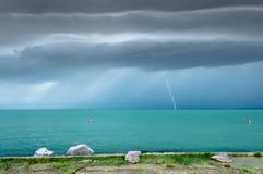 Dramatyczny przed burza widokiem przy turkusowym jeziorem fotografia royalty free