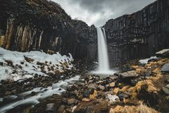 Dramatyczny ranku widok sławna Svartifoss czerni spadku siklawa Kolorowy lato wschód słońca w Skaftafell, Vatnajokull zdjęcia stock