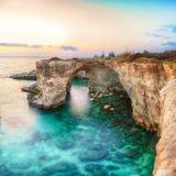 Dramatyczny seascape z falezami, skalisty łuk przy Torre Sant Andrea zdjęcia royalty free