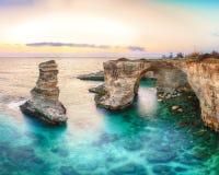 Dramatyczny seascape z falezami, skalisty ?uk przy Torre Sant Andrea obrazy stock