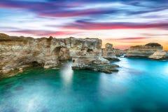Dramatyczny seascape z falezami, skalisty ?uk przy Torre Sant Andrea fotografia stock