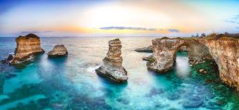 Dramatyczny seascape z falezami, skalisty ?uk przy Torre Sant Andrea obraz stock