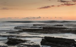 Dramatyczny skalisty seascape podczas zmierzchu Obrazy Stock