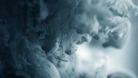 Dramatyczny tło Barwionego ciemnego gradientu popielaty atrament opuszczał w wodę Urocza metamorfizacja Atramentu splatter wolunt zbiory wideo