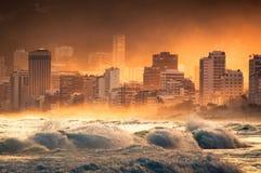 Dramatyczny widok fala w oceanie, zmierzchem w Ipanema plaży Fotografia Stock