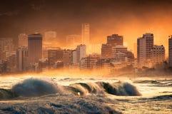 Dramatyczny widok fala w oceanie, zmierzchem w Ipanema plaży Obraz Stock