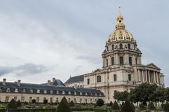 Dramatyczny widok fasada l'Hôtel obywatela des Invalides siedziba invalids obrazy royalty free