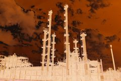 Dramatyczny widok ogromny fabryka chemikaliów fotografia stock