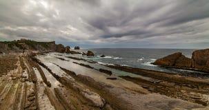 Dramatyczny widok Playa De Los angeles Arnia, Cantabria, Hiszpania Timelapse zbiory wideo