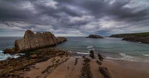 Dramatyczny widok Playa De Los angeles Arnia, Cantabria, Hiszpania Timelapse zbiory