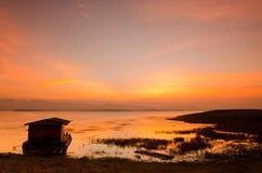 Dramatyczny wschód słońca nad bambusową tratwą Fotografia Royalty Free