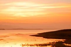 Dramatyczny wschód słońca nad bambusową tratwą Obrazy Royalty Free
