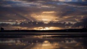 Dramatyczny wschód słońca nad wodą Zdjęcia Royalty Free