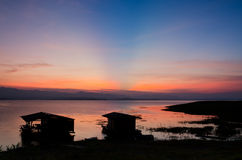 Dramatyczny wschód słońca nad bambusową tratwą Zdjęcie Royalty Free