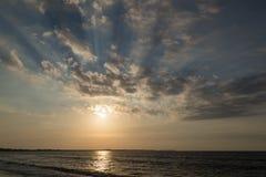 Dramatyczny zmierzch na oceanu wybrzeżu Fotografia Stock