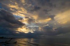 Dramatyczny zmierzch na oceanu wybrzeżu Zdjęcia Stock