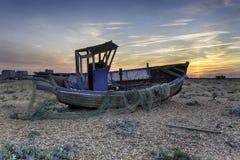 Dramatyczny zmierzch nad łodzią rybacką Obrazy Royalty Free