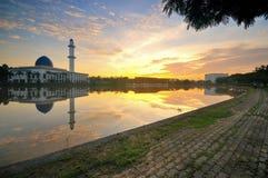 Dramatyczny zmierzch nad meczetem z nieb odbiciami na wodzie Obrazy Stock