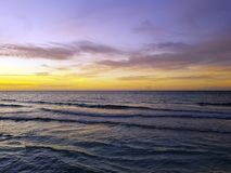 Dramatyczny zmierzch nad wodą na kubańczyk plaży obraz stock