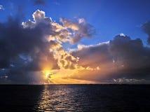 Dramatyczny zmierzchu niebo z chmurami nad wodą Zdjęcie Royalty Free