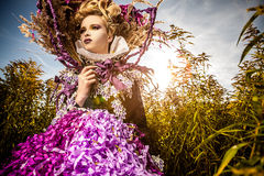 Dramatyzujący wizerunek zmysłowa mody dziewczyna - sztuki mody plenerowa fotografia. Obrazy Royalty Free