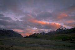 Drame de coucher du soleil près de lac chandrataal en vallée de Spiti Photographie stock