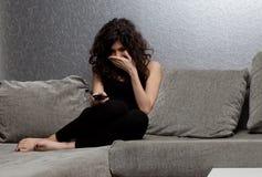 Dramma di sorveglianza della donna sulla TV Immagini Stock