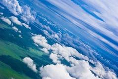 Drammatico delle nubi sopra i campi verdi immagine stock