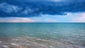 Drammatico si rannuvola il mare blu davanti alla tempesta Immagini Stock Libere da Diritti