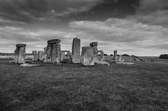 Drammatico si rannuvola Stonehenge in bianco e nero Immagini Stock