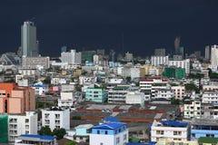 Dranatic burzy popielate chmury zbierają w w Bangkok Obraz Stock
