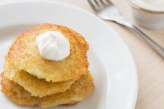 Draniki -土豆油炸馅饼 土豆薄烤饼 白俄罗斯、乌克兰和俄罗斯的全国盘有酸性稀奶油的 免版税库存照片