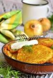 Draniki - aardappelfritters, traditionele schotel van Witrussische keuken Stock Afbeeldingen