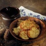 Draniki - crepes de patata Foto de archivo libre de regalías