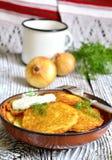 Draniki - fritos da batata, prato tradicional da culinária bielorrussa Fotografia de Stock
