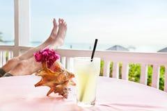 Drank bij strandrestaurant stock foto's