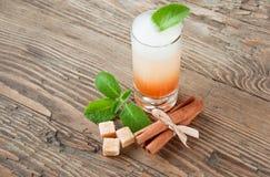 Drank binnen met kaneelmunt en suiker Stock Afbeeldingen
