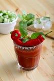 Drank of cocktail met tomatesap en roodgloeiende Spaanse pepers Royalty-vrije Stock Afbeelding