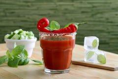 Drank of cocktail met tomatesap en roodgloeiende Spaanse pepers Royalty-vrije Stock Foto's